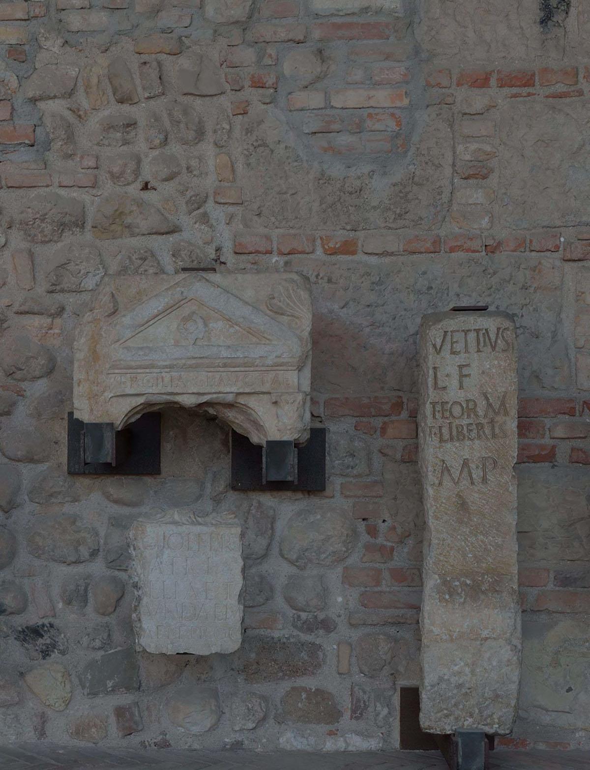 Stele funeraria - Stele funeraria di Vergilia Aucta e della famiglia IuniaI sec. d.C Lapidario
